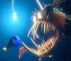 Nggak cuma sampah aja yang dicaplok lantern Fish! Nemo aja ampe mau dimakan, wekekek